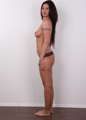 Зрелая брюнетка показывает свое немолодое тело - фото 7- фото 7- фото 7