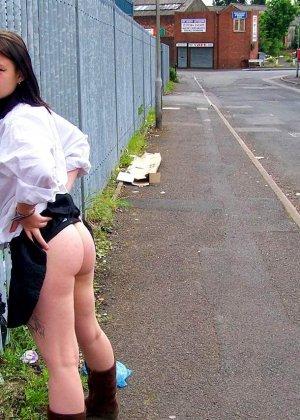 Девушка на прогулке по городу показывает фоторгафу свою скромную грудь - фото 13