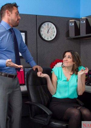 Эдди Дженифер любит поскакать на большом члене своего начальника во время обеденного перерыва - фото 4