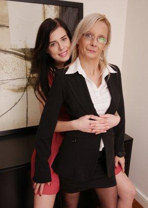 Зрелая блондинка показывает молодой брюнетке, как показывать чувственное удовольствие от женских ласк - фото 3