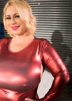 Пухлая блондинка снимет красное сексуальное платье, чтобы мужики пустили слюну на аппетитный бюст - фото 9