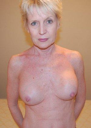 Опытная блондинка в голом виде показывает свои принадлежности - фото 25