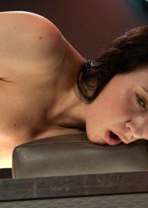 Красивая женщина ласкает свою промежность вибратором, пока муж разъезжает по командировкам - фото 14