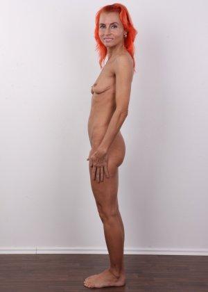 Зрелая рыжеволосая женщина не стесняется показывать свое тело и полностью раздевается перед камерой - фото 13