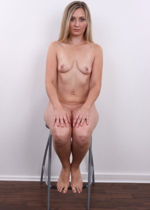 Девушка с хорошим телом показывает себя без одежды, участвуя в кастинге – все ее части тела очень соблазнительны - фото 15