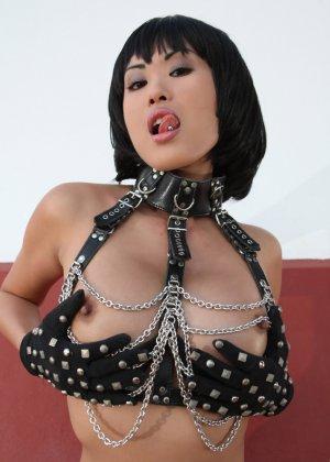 Азиатка в цепях оголит свою пизду, она сделает шикарные кадры, где видные ее розовые соски - фото 9
