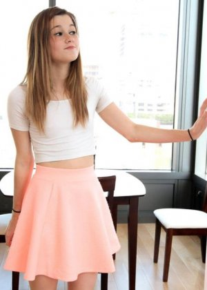 Привлекательной самке Алаине предлагают исполнить минет, она сомневается в своих способностях - фото 16