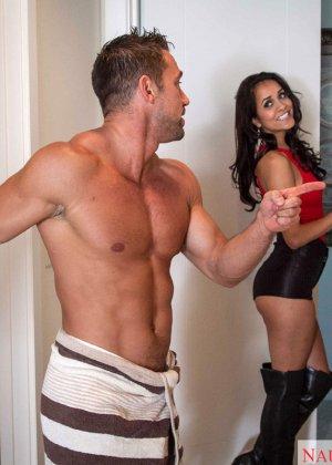 Сексуальная милашка соблазняет мужчину и с удовольствием скачет на его члене - фото 4