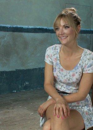 Мона Вэйлес - распутная красотка, которая готова вытерпеть многое ради удовольствия мужчин - фото 2