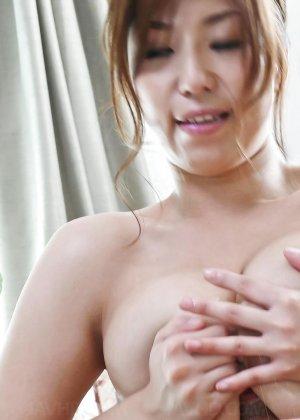 Сексуальная девушка с Японии облизывает яйца и глоотает сперму - фото 20