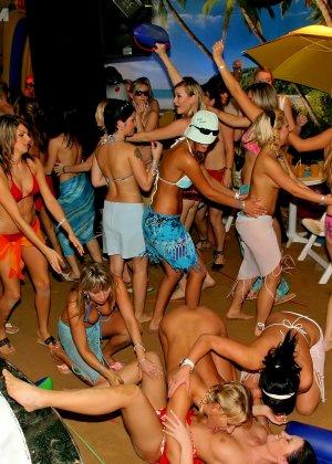 Пенная вечеринка окончилась большой оргией с кучей людей и мокрых пезд - фото 12