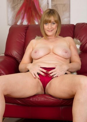 Зрелая мадам на диване показывает свою рыхлую пизду и старую грудь - фото 5