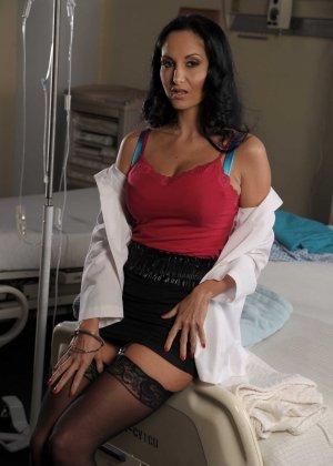 Красивая брюнетка медсестра в черных чулках трахается со своим пациентом - фото 1