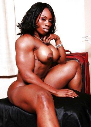 Черная женщина показывает, что занимаясь бодибилдингом можно добиться невероятных результатов - фото 4