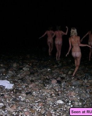 Раскованные девки в любых местах показывают свои голые сексуальные тела - фото 1