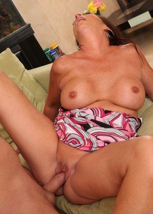 Зрелая брюнетка с большой грудью занимается сексом в любимых позах - фото 8