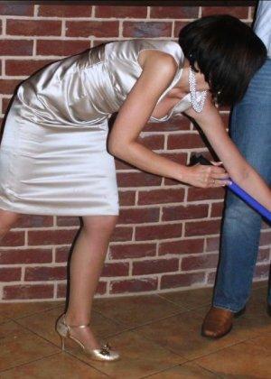 Домработница убирает после пьяного мужа - фото 8