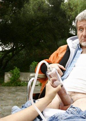 Темпераментная латинка ставит цель перед собой возбудить старого мужчину прямо в парке - фото 4- фото 4- фото 4