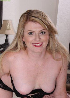 Девушка в черных чулках мастурбирует себе промежность на  полу - фото 4