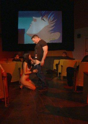 Жестокий секс с хорошей телкой азиатской внешности на полу в подвале - фото 15