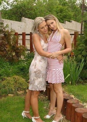 Две молодые девушки так увлекаются взаимными ласками, что перестают замечать всё вокруг - фото 1