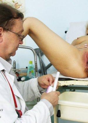 Романа приходит к гинекологу и полностью доверяется его опыту, а он пользуется этим и рассматривает ее всю - фото 14