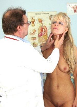 Зрелая блондинка садится на гинекологическое кресло и дает близко рассмотреть все свои дырочки - фото 4