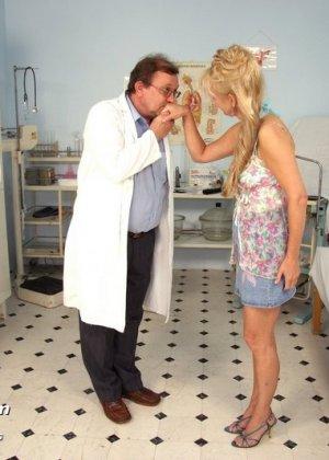 Доктор заботливо принимает свою пациентку и дает себя рассмотреть со всех сторон, не стесняясь своего тела - фото 1