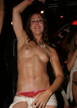 Пьяные девушки показывают свои обнаженные тела в стенах клуба - фото 2