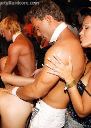 На жаркой вечеринке развратные люди устраивают мощную групповуху – всех возбуждают беспорядочные связи - фото 13