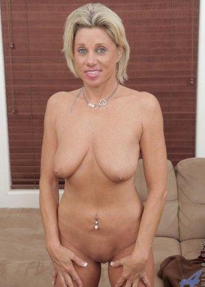Зрелая блондинистая женщина развлекается перед камерой с новенькой секс игрушкой - фото 8