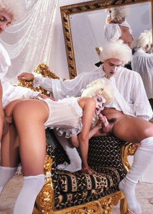 Переодетые парни жарят телку и спускаю ей свою сперму прямо на попку - фото 9