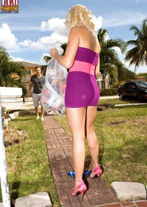Жейден Пирсон примеряет на себя разные туфельки и позволяет целовать свои ножки, одновременно подставляя пизду - фото 2