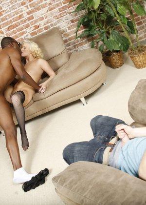 Красивую блондинку в чулках ебет паренек с черным длинным членом - фото 12