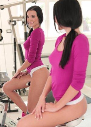 Сексуальная брюнетка занимается спортом, а затем раздевается и показывает свое стройное тело - фото 2