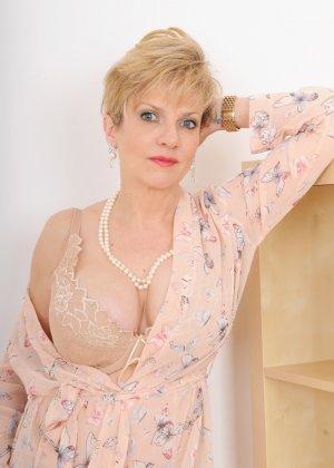 Леди Соня – зрелая блондинка, которая показывает себя со всех сторон, представляя самые выгодные части тела - фото 2