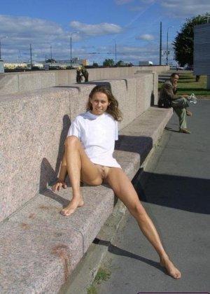 Голые девки кайфуют, показывая всем свои сексуальные тела и позволяя мужикам полапать себя - фото 2