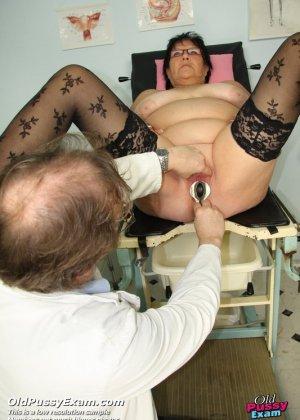 Зрелая женщина приходит на визит к гинекологу и она показывает ему все свои интимные части тела - фото 12