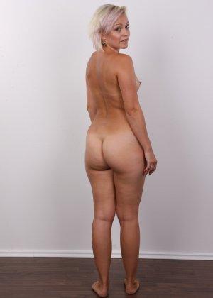 Блондинка на порно кастинге снимает все белье и оголит свои аккуратные сексуальные соски - фото 15