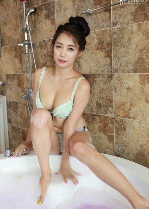 Азиатка в ванной обмазалась пеной и медленно сняла с себя трусики - фото 40