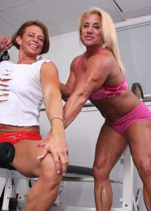 Два транса развлекаются друг с другом в спорт-зале, получая удовольствие от взаимных ласк - фото 5