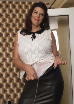 Зрелая британская красотка показывает свое шикарное тело, одевшись в сексуальное белье - фото 13