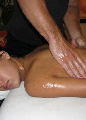 Симпатичная мулатка уснула, пока ей делали массаж, парень раздвинул ей ноги и трахнул спящую телку - фото 5
