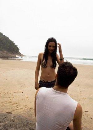 Парочка уединяется на пляже, а девушка оказывается мужчиной и трахает своего партнера в анус - фото 3