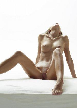 Эротические фото красивой худенькой девушки с маленькой грудью - фото 15