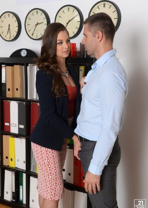 Анжелина Брилл решила пораньше уйти с работы, однако шеф поймал ее, пришлось трахнуться с ним на кушетке - фото 6