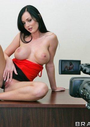 Мелисса Лаурен сосет хуй и ебется со своим любовником на столе перед объективом видеокамеры - фото 3