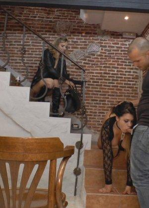 Сексуальная Мона Вэйлес способна вытерпеть некоторые унижения и ощутить на себе мужской напор - фото 14