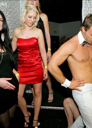 Стриптизер в клубе дает пососать свой стояк голодным девушкам - фото 10