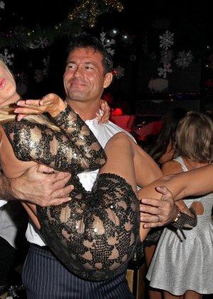Блондинка Джоана Крупа обнимается со своим новым богатеньким мужиком - фото 8